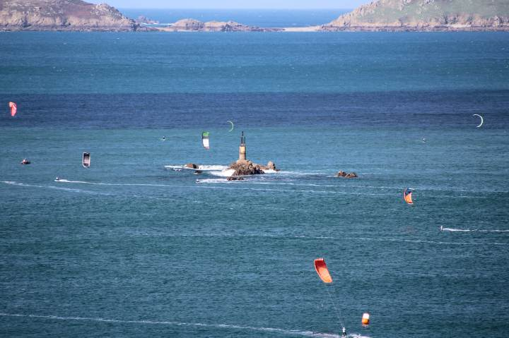 Kite-surfers-in-the-bay-at-Perros-Guirec