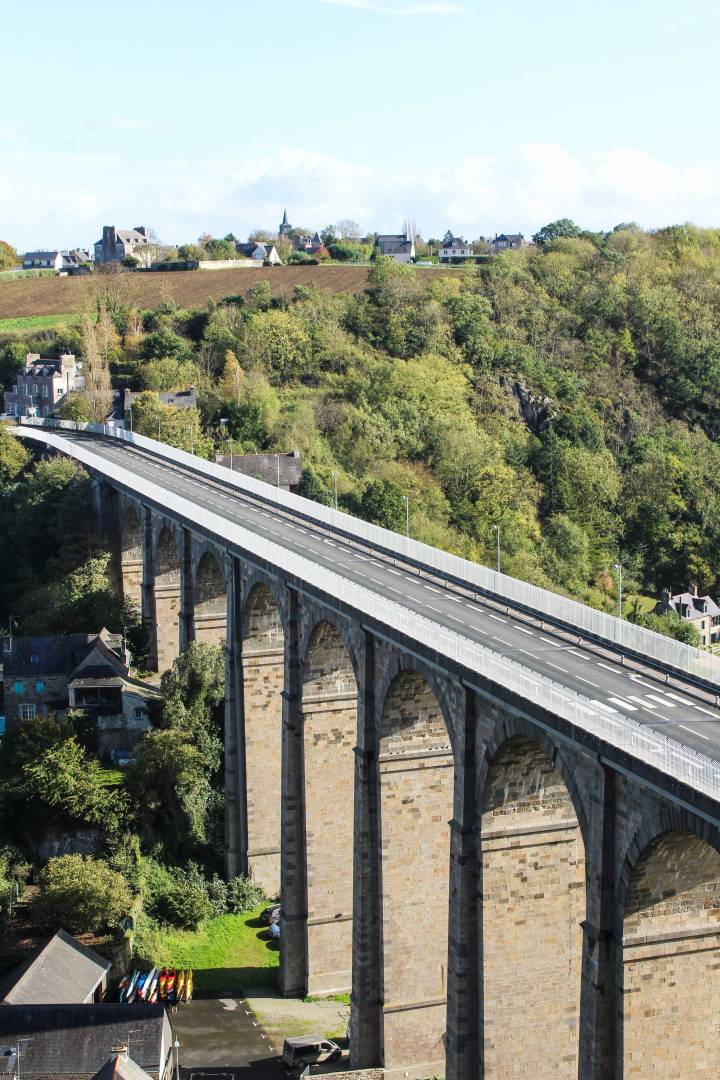 Viaduc-de-Dinan-over-the-River-Rance,-France